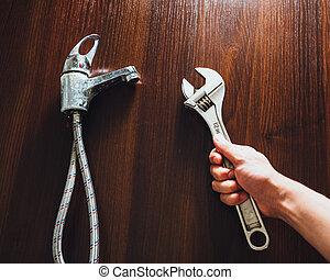 viejo, grifo, y, llave ajustable, en, mano, instalación de cañerías, reparación, concepto