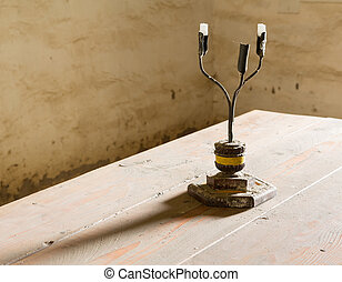 viejo, hierro, recipiente de candelabro, en, tabla