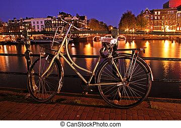 viejo, holandés, bicicleta, en, el, amtel, en, amsterdam, en, el, países bajos, por, noche
