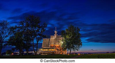viejo, iglesia de madera, en, suzdal, por la noche