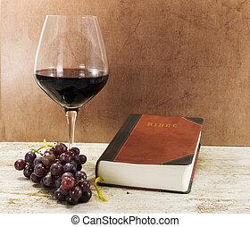 viejo, libro, y, vino rojo, con, uvas, en, tabla
