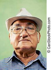 viejo, mirar, cámara, retrato, serio, sombrero, hombre
