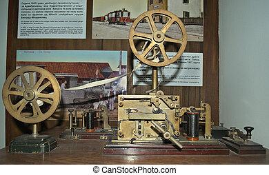 viejo, morse, llave, telégrafo, en, tabla de madera, en, museo