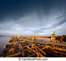 viejo, muelle de madera, en, sunset.
