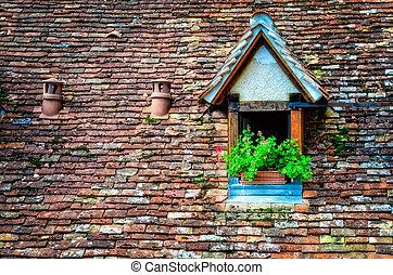 viejo, naranja, ladrillo, techo, con, ventana, y, flores