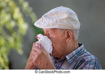 viejo, nariz que sopla, en, servilleta