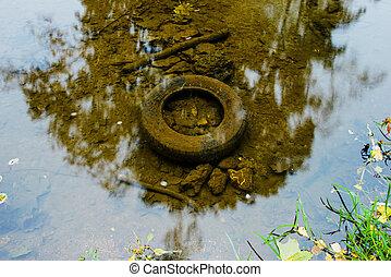 viejo, neumático, en el agua, ecología, concepto