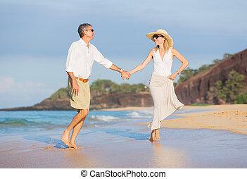 viejo, pareja, caminata, medio, el gozar, playa