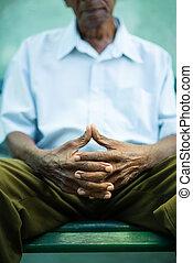 viejo, pensativo, sentado, banca de parque, hombre