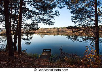 viejo, pequeño, muelle de madera, para, pesca, en, bosque de otoño, lago