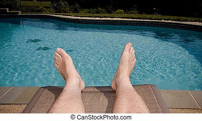 viejo, pies, sobresaliente, piscina