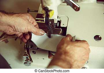 viejo, proceso, costura, sewing., hombre, cuero, atrás,...