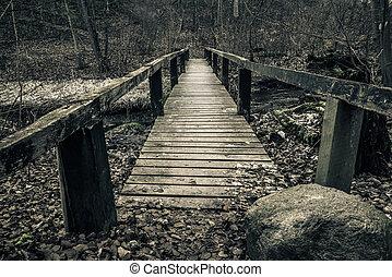 viejo, puente de madera, con, tablones