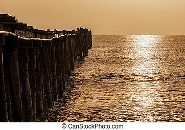 viejo, puente de madera, en, salida del sol, con, sepia