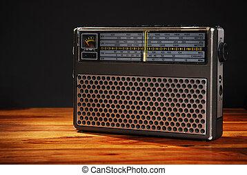 viejo, radio, en, tabla de madera