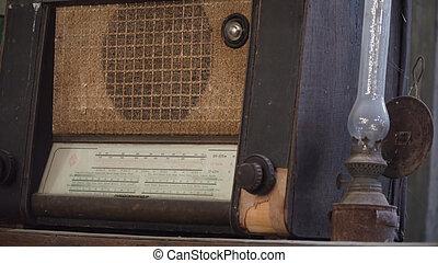 viejo, radio, y, un, antigüedad, lámparade mesa