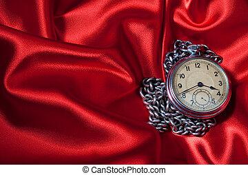 viejo, reloj, en, fondo rojo