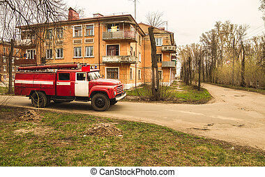 viejo, rojo, camión de fuego, es, conducción, abajo, el, calle