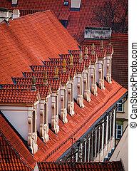 viejo, rojo, techo, con, dormer-windows