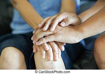 viejo, sólo, médico, joven, abrazar, atención sanitaria, mujeres