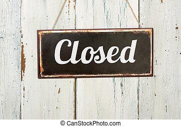 viejo, signo metal, delante de, un, blanco, pared de madera, -, cerrado