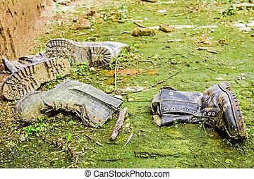 viejo, sucio, shoes, entre, pasto o césped, y, barro