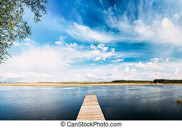 viejo, tablas de madera, muelle, en, agua calma, de, lago, o, río, en, tarde