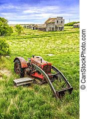 viejo, tractor rojo