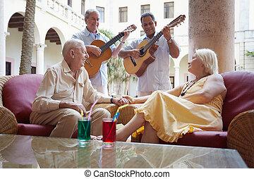 viejo, y, mujer, bebida, en, barra del hotel