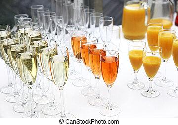 Viele Gl?ser Sekt, Champagner und Cocktails in einer Reihe beim Sektempfang. Many glasses of sparkling wine, champagne and cocktails in a row at a champagne reception