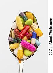 Viele Tabletten auf Löffel - Viele bunte Tabletten auf ...
