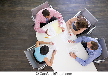 vier, businesspeople, an, sitzungssaal, tisch