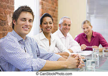 vier, businesspeople, in, raadzaal, het glimlachen