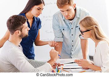vier, discussion., geschäftsmenschen, heiter, während,...