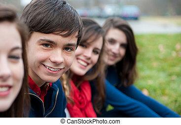 vier, draußen, gruppe, teenager, glücklich