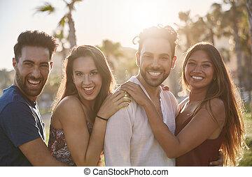 vier, glücklich, friends, stehende , zusammen, draußen, in, lächeln
