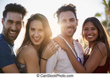 vier, glücklich, friends, stehende , zusammen, draußen, in, sonnenlicht