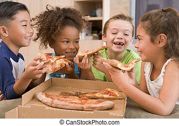 vier, jonge kinderen, binnen, eetpizza, het glimlachen