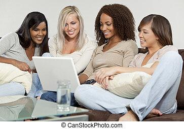 vier, jonge vrouwen, vrienden, hebbend plezier, gebruik,...