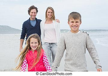 vier, sandstrand, familie, glücklich