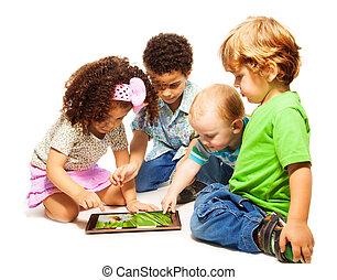 vier, weinig; niet zo(veel), geitjes, spelend, tablet
