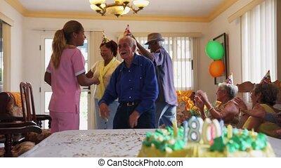viering, van, verjaardagsfeest, met, vrolijke , oudere mensen, in, kliniek