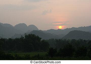 vietnam, ondergaande zon