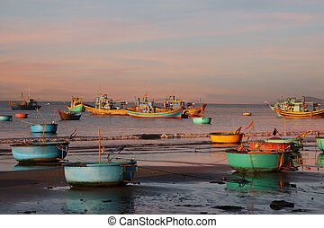 Vietnamese fishing boat-baskets - Vietnamese round fishing...