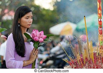 Vietnamese woman praying