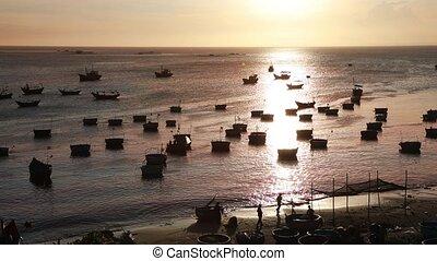 vietnamesisch, dunkel, silhouetten, fischerei, boat-baskets, runder