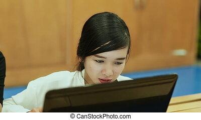 vietnamesisch, m�dchen, gleichfalls, ausstellung, seine, freundin, etwas, auf, der, laptop