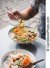 vietnamita, chopsticks, homem, caril, pato, comer, noodle