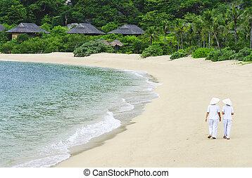 vietnamita, donna camminando, spiaggia