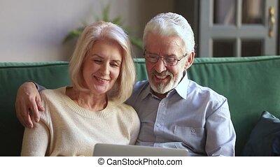 vieux, achats, couple parler, rire, internet, portable utilisation, heureux